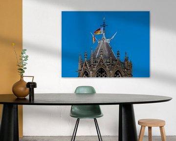 De top van de Dom in Utrecht met vlaggen van Universiteit Utrecht van Mart Gombert
