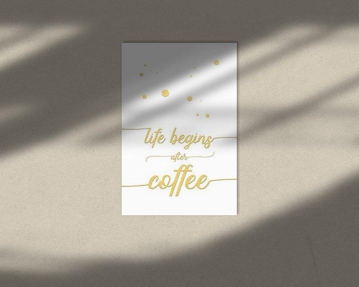 Sfeerimpressie: TEXT ART Life begins after coffee   wit/goud van Melanie Viola