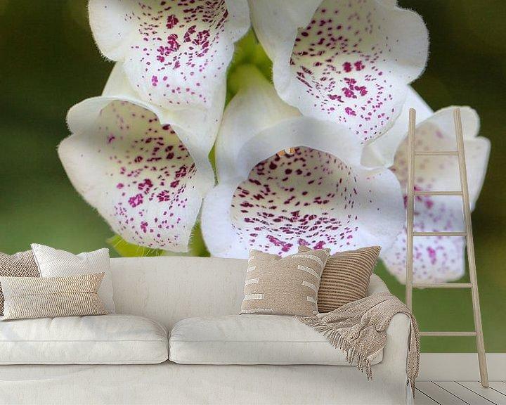 Sfeerimpressie behang: Wit vingerhoedskruid met paarse vlekken- close up van Ronald Smits
