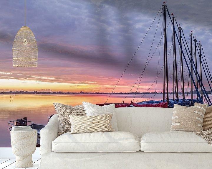 Sfeerimpressie behang: Net voor zonsopkomst Leekstermeer met zeilboten van R Smallenbroek