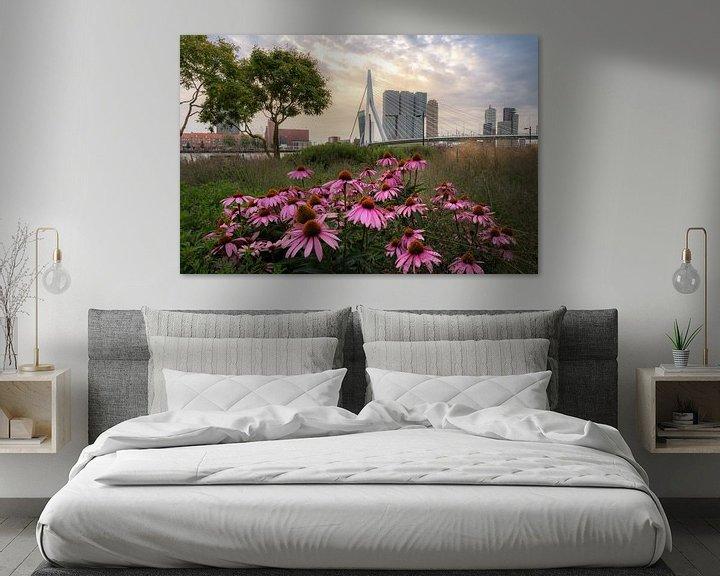 Sfeerimpressie: Erasmusbrug met bloemen tijdens zonsopkomst van Prachtig Rotterdam