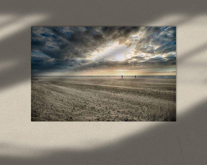 Sfeerimpressie: Strand Bredene met zon en twee personen van Focco van Eek