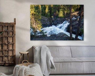 waterval met oud huisje in noorwegen