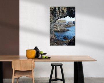 Rotsen in zee op IJsland van Menno Schaefer