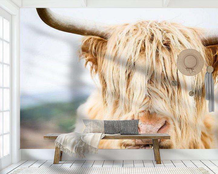 Sfeerimpressie behang: Portret van een Schotse Hooglander van Marloes van Pareren