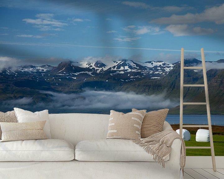 Sfeerimpressie behang: Besneeuwde bergtoppen in IJsland van Menno Schaefer
