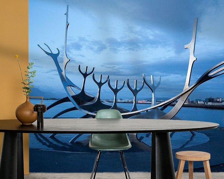 Sfeerimpressie behang: Solfar (Sun Voyager) in Reykjavik van Menno Schaefer