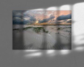 Zonsondergang aan het strand van IJmuiden von Rob IJsselstein