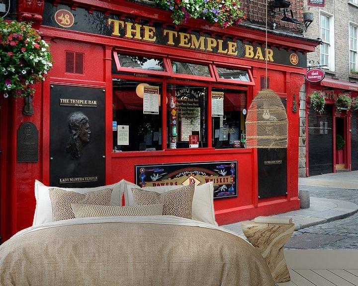Sfeerimpressie behang: Beroemd rood café in Temple Bar, Dublin in Ierland van iPics Photography