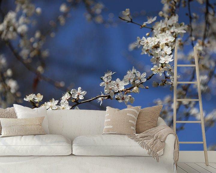 Sfeerimpressie behang: Kleine witte bloesem van Rianne Fotografeert