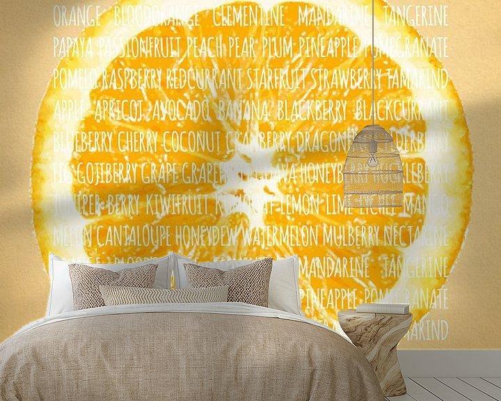 Sfeerimpressie behang: Fruities in kleur Sinaasappel van Sharon Harthoorn