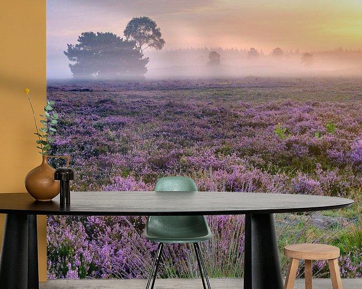 Sfeerimpressie behang: Zonsopkomst boven de bloeiende heide op de Veluwe van Sjoerd van der Wal