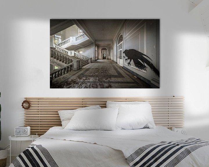 Sfeerimpressie: Trap in groot gebouw, met vogelkunst op de muur van Inge van den Brande
