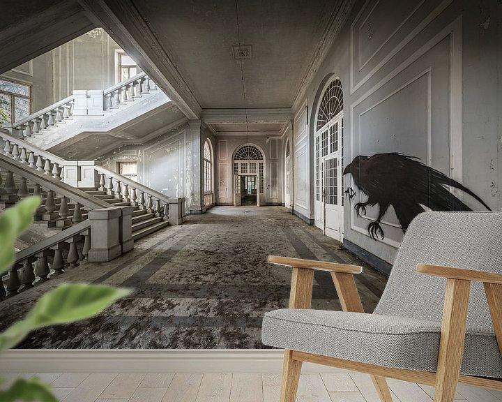 Sfeerimpressie behang: Trap in groot gebouw, met vogelkunst op de muur van Inge van den Brande