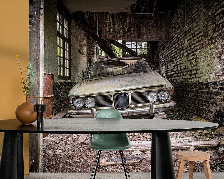 Sfeerimpressie behang: Oude auto in vervallen garage van Inge van den Brande