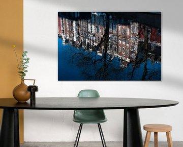 Amsterdamse grachtenpanden weerspiegeld in de Prinsengracht van Jeroen Knippenberg
