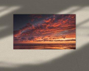 Vurige wolken aan zee van Barbara Brolsma