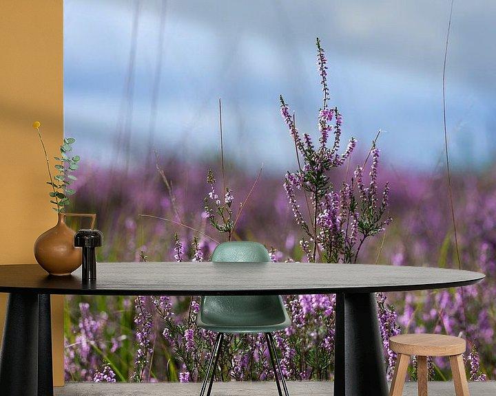 Sfeerimpressie behang: Paarse Heide van Elly Damen