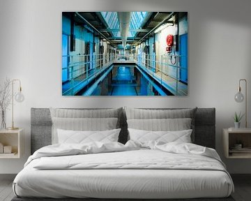 Urbex - strakke weergave verlaten gevangenis/ cellencomplex van Tess Groote