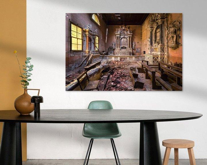 Sfeerimpressie: Verlaten Kerk in Verval. van Roman Robroek