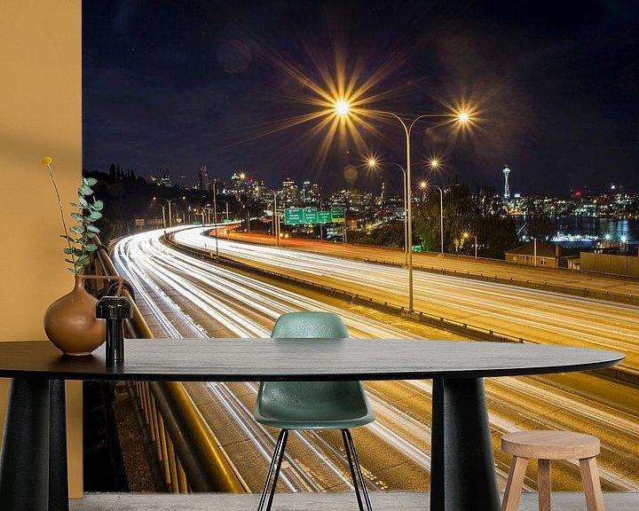 Sfeerimpressie behang: Long exposure van verkeer op ringweg en nachtelijk skyline , Seattle, Washington, United States van BeeldigBeeld Food & Lifestyle