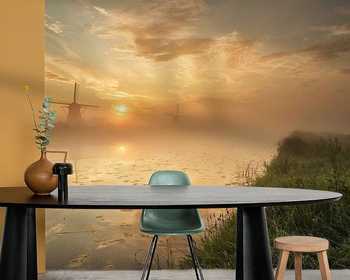 Sfeerimpressie behang: Foggy sunrise in Kinderdijk van Ilya Korzelius