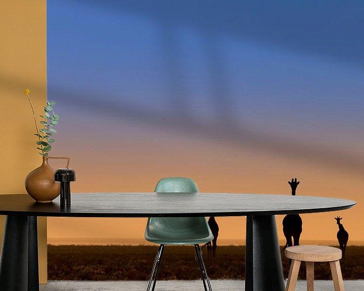 Sfeerimpressie behang: Vijf giraffes voor zonsopkomst van Bas Ronteltap