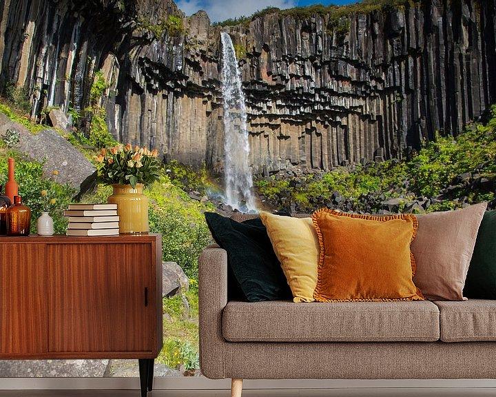 Sfeerimpressie behang: Svartifoss waterval IJsland van Menno Schaefer
