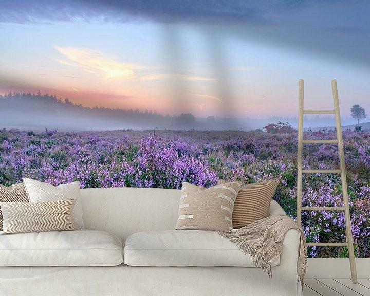 Sfeerimpressie behang: Bloeiende heide planten op de Veluwe tijdens zonsopkomst  van Sjoerd van der Wal