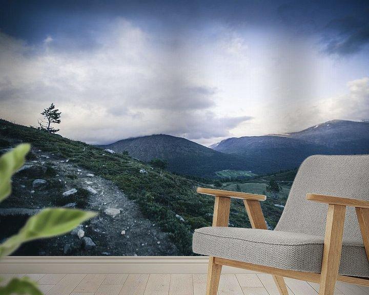 Sfeerimpressie behang: Lonely tree van Jip van Bodegom