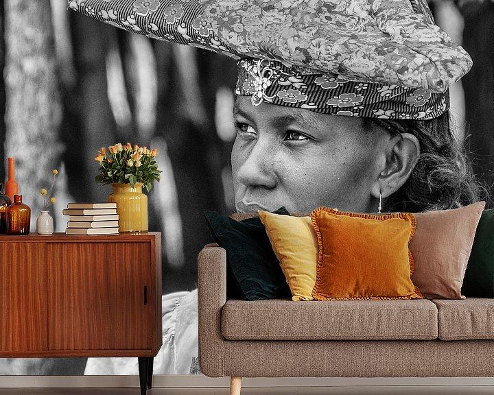 Sfeerimpressie behang: Portret van een Herero vrouw uit Namibië  van Loek van de Loo