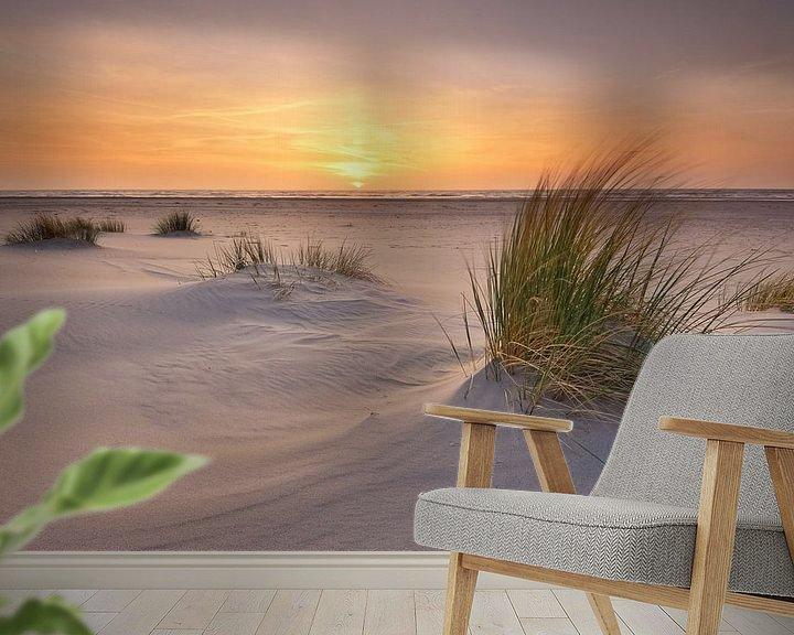Sfeerimpressie behang: Strand Texel bij zonsondergang van John Leeninga