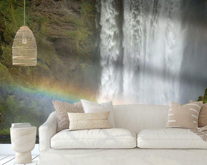 Sfeerimpressie behang: Waterval Skogafoss met regenboog op IJsland van Menno Schaefer
