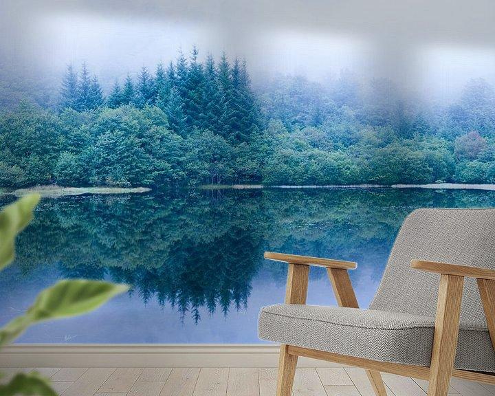 Sfeerimpressie behang: Avondmist bij meer in Schotland van Chris Heijmans