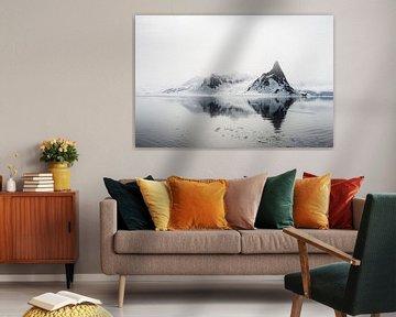 Spitse bergen doemen op uit de nevel van Gerry van Roosmalen