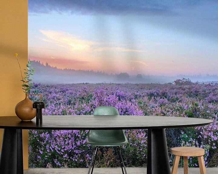 Sfeerimpressie behang: Bloeiende Heideplanten in Heidelandschap tijdens zonsopgang in de zomer op de Veluwe van Sjoerd van der Wal