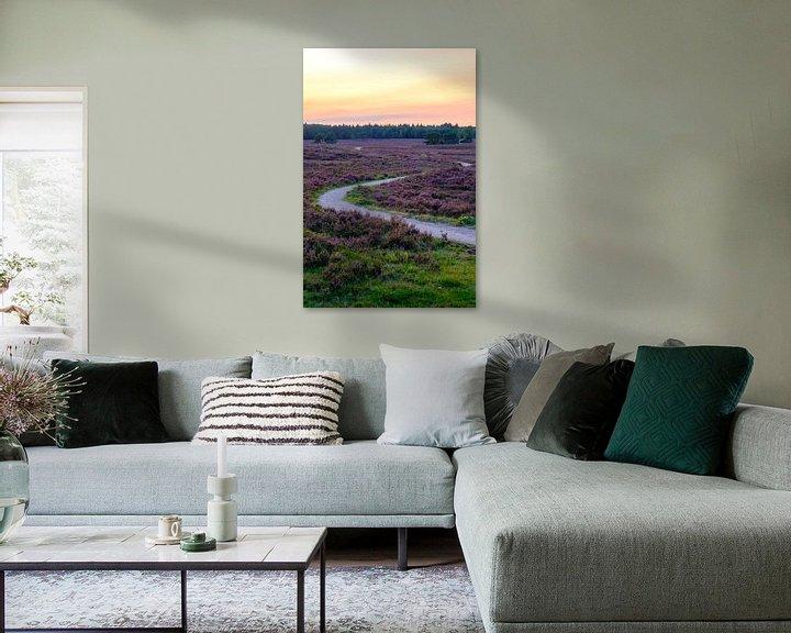 Sfeerimpressie: Bloeiende Heide in een heidelandschap landschap tijdens zonsondergang van Sjoerd van der Wal