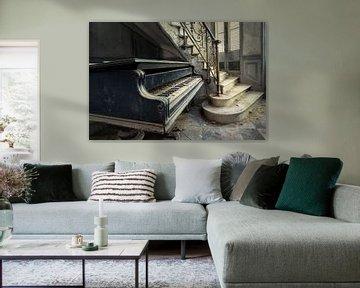 Klavier neben der Treppe von Perry Wiertz