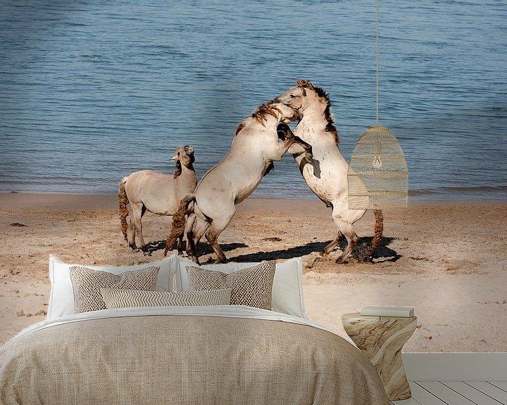 Sfeerimpressie behang: Vechtende paarden van Jim van Iterson