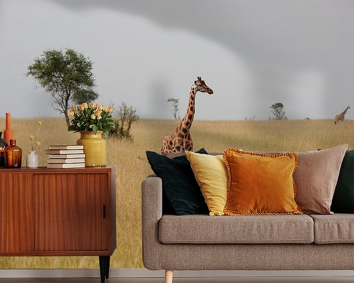 Sfeerimpressie behang: Giraffe in de savanne van Jim van Iterson