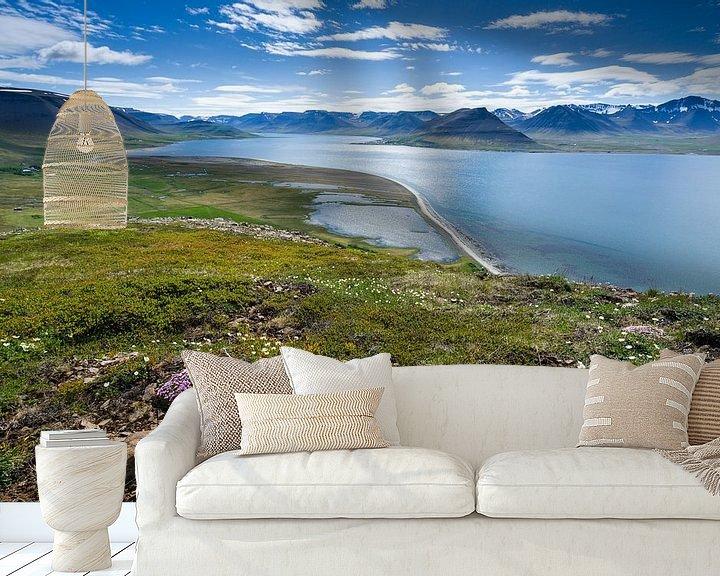 Sfeerimpressie behang: Uitzich over het Dýrafjörður, IJsland van Joep de Groot