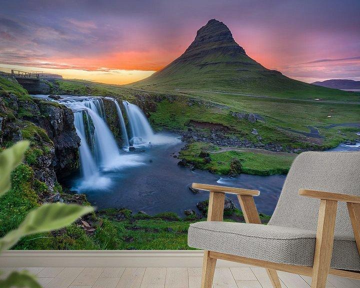 Sfeerimpressie behang: Kirkjufell en Kirkjufellsfoss, IJsland van Joep de Groot