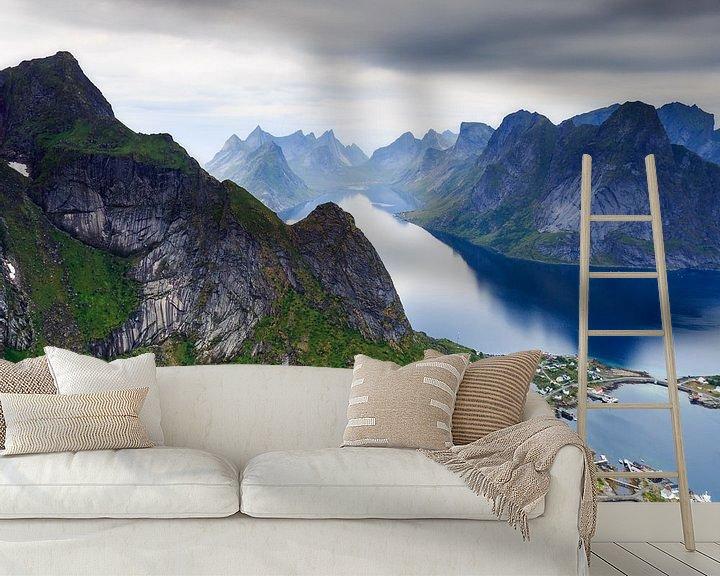 Sfeerimpressie behang: Uitzicht over Reine, Lofoten van Sven Broeckx