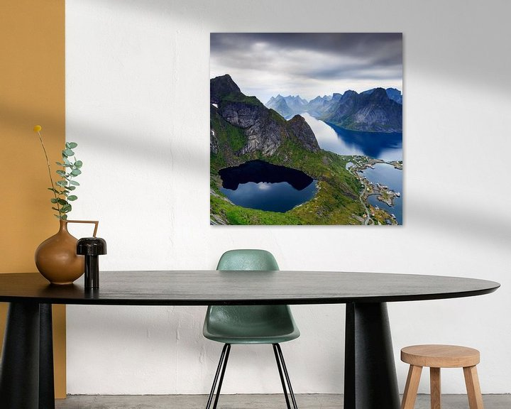 Sfeerimpressie: Uitzicht over Reine, Lofoten van Sven Broeckx