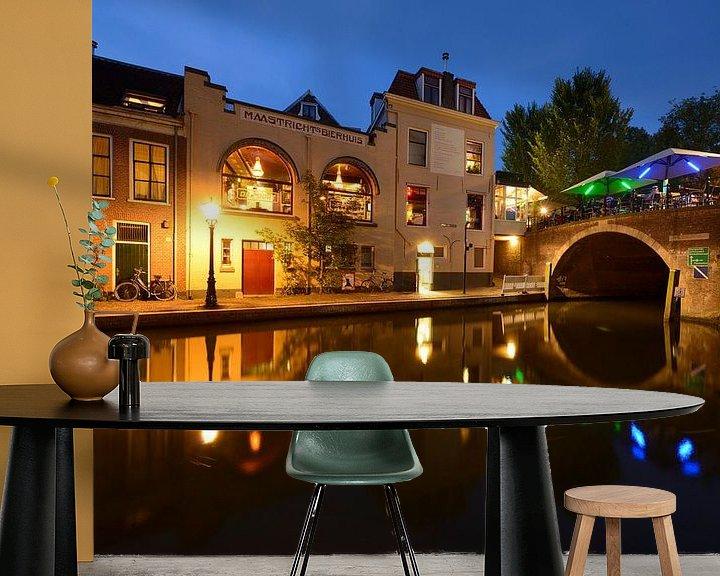 Sfeerimpressie behang: Oudegracht met Bijlhouwersbrug in Utrecht van Donker Utrecht