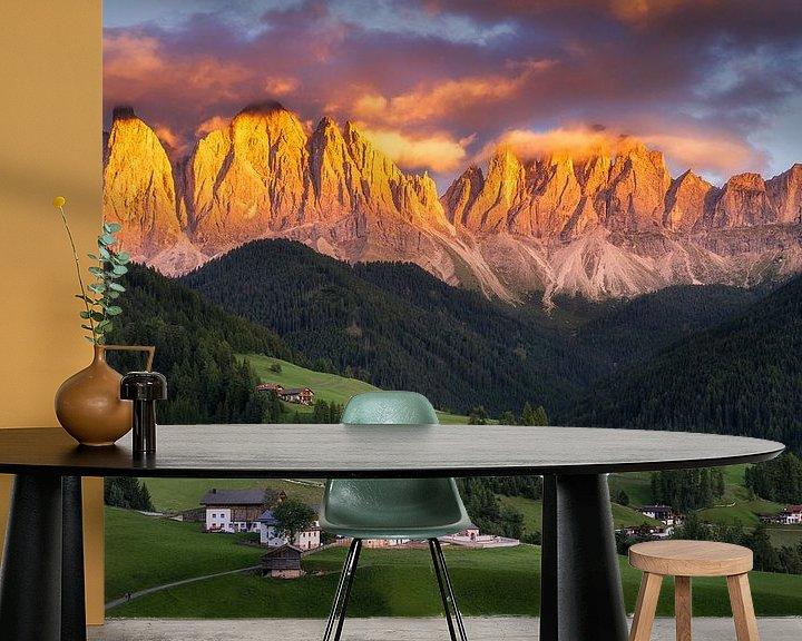 Sfeerimpressie behang: Zonsondergang in Val di Funes van Edwin Mooijaart