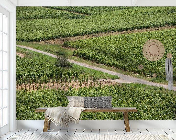 Sfeerimpressie behang: Zigzag door de wijngaard van Jim van Iterson