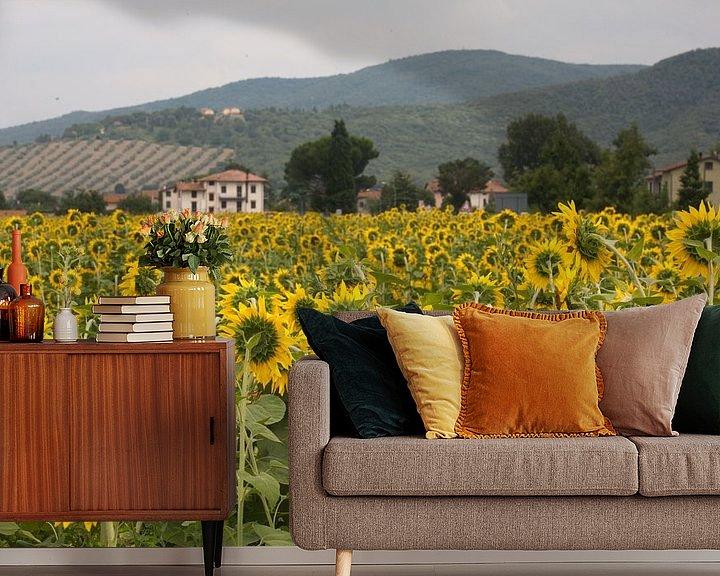 Sfeerimpressie behang: Zonnebloemen van Jim van Iterson