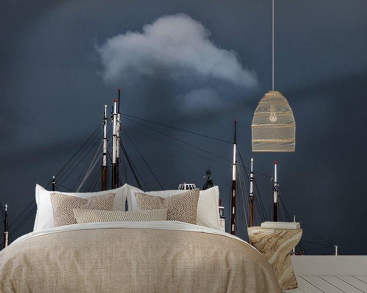 Sfeerimpressie behang: De vuurtoren van Harlingen tussen de masten en een kleine wolk erboven van Harrie Muis