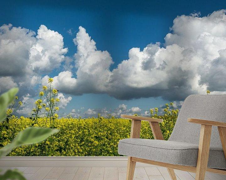 Sfeerimpressie behang: Groenbemesting met blauwe wolkenlucht.. van Leo Langen